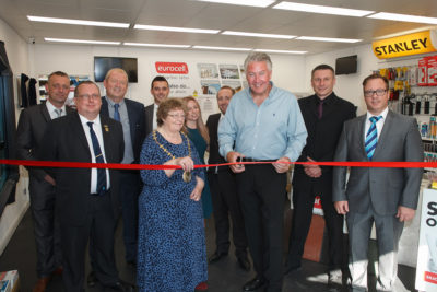 tommy-walsh-cuts-the-ribbon-as-mayor-councillor-jane-frankum-lo